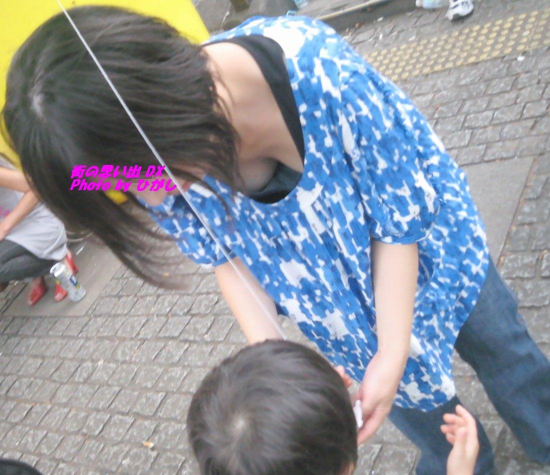 【ママの胸チラ】男なら萌えないはずがない、子持ちママの危ういというか見えてる胸チラ(エロ画像) 15