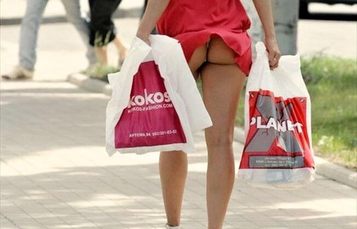 【外人パンチラエロ画像】海外の女はスカート軽すぎじゃね?ってくらい風パンチラ多いんだが… 001