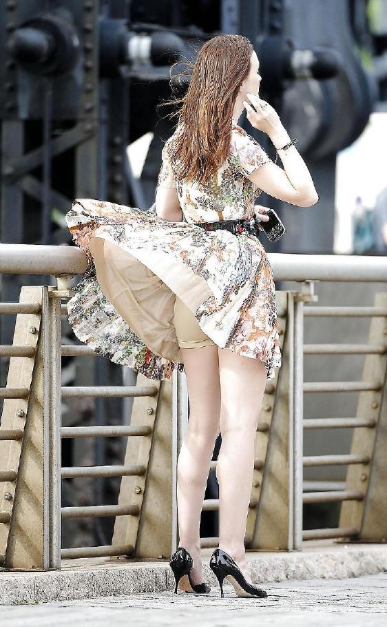 【外人パンチラエロ画像】海外の女はスカート軽すぎじゃね?ってくらい風パンチラ多いんだが… 03