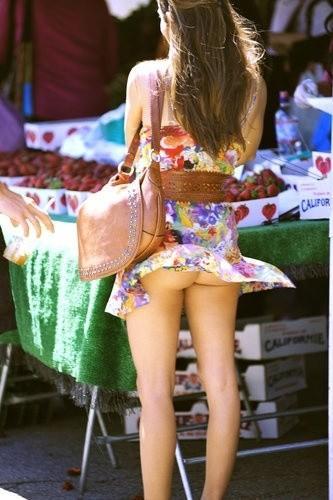 【外人パンチラエロ画像】海外の女はスカート軽すぎじゃね?ってくらい風パンチラ多いんだが… 05