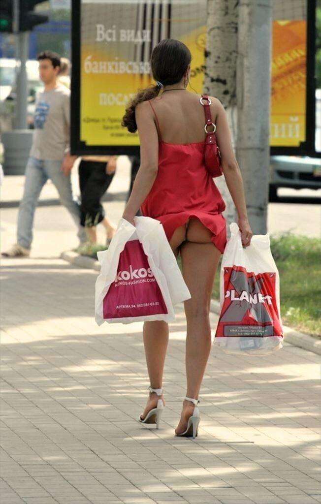 【外人パンチラエロ画像】海外の女はスカート軽すぎじゃね?ってくらい風パンチラ多いんだが… 06