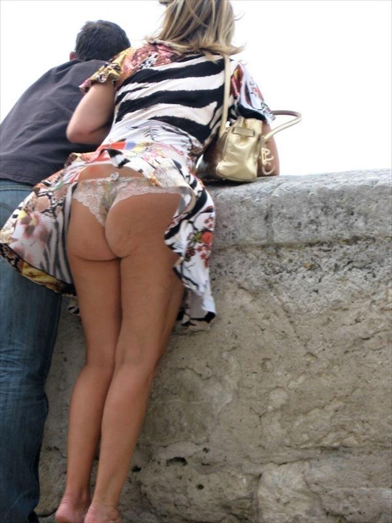 【外人パンチラエロ画像】海外の女はスカート軽すぎじゃね?ってくらい風パンチラ多いんだが… 08