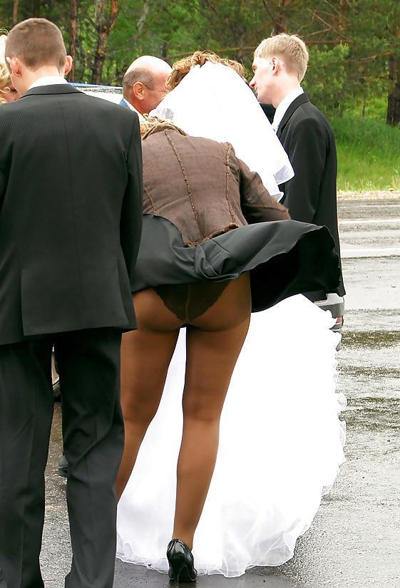 【外人パンチラエロ画像】海外の女はスカート軽すぎじゃね?ってくらい風パンチラ多いんだが… 11