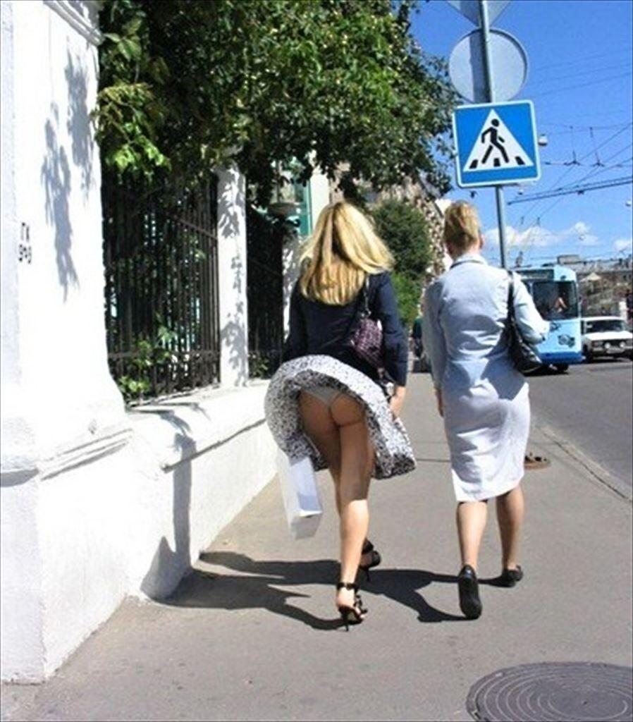 【外人パンチラエロ画像】海外の女はスカート軽すぎじゃね?ってくらい風パンチラ多いんだが… 12