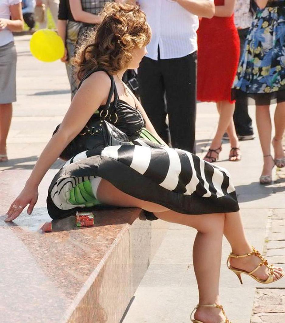 【外人パンチラエロ画像】海外の女はスカート軽すぎじゃね?ってくらい風パンチラ多いんだが… 15