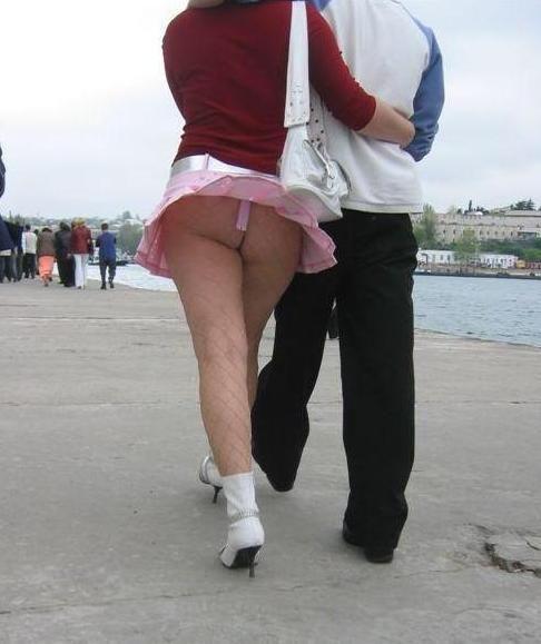 【外人パンチラエロ画像】海外の女はスカート軽すぎじゃね?ってくらい風パンチラ多いんだが… 18