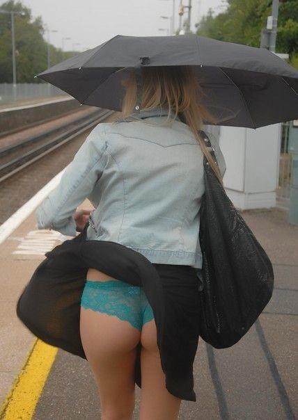 【外人パンチラエロ画像】海外の女はスカート軽すぎじゃね?ってくらい風パンチラ多いんだが… 19