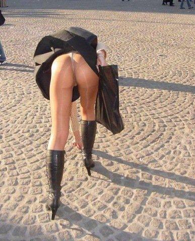 【外人パンチラエロ画像】海外の女はスカート軽すぎじゃね?ってくらい風パンチラ多いんだが… 20