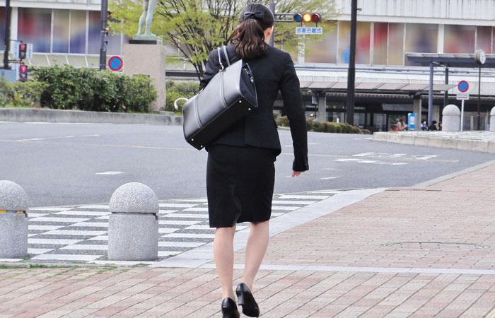 【街撮りリクスーエロ画像】膝下とタイトだけでも十分満たされるwww就活中のリクスー女子たち 001