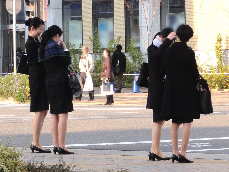【街撮りリクスーエロ画像】膝下とタイトだけでも十分満たされるwww就活中のリクスー女子たち 01