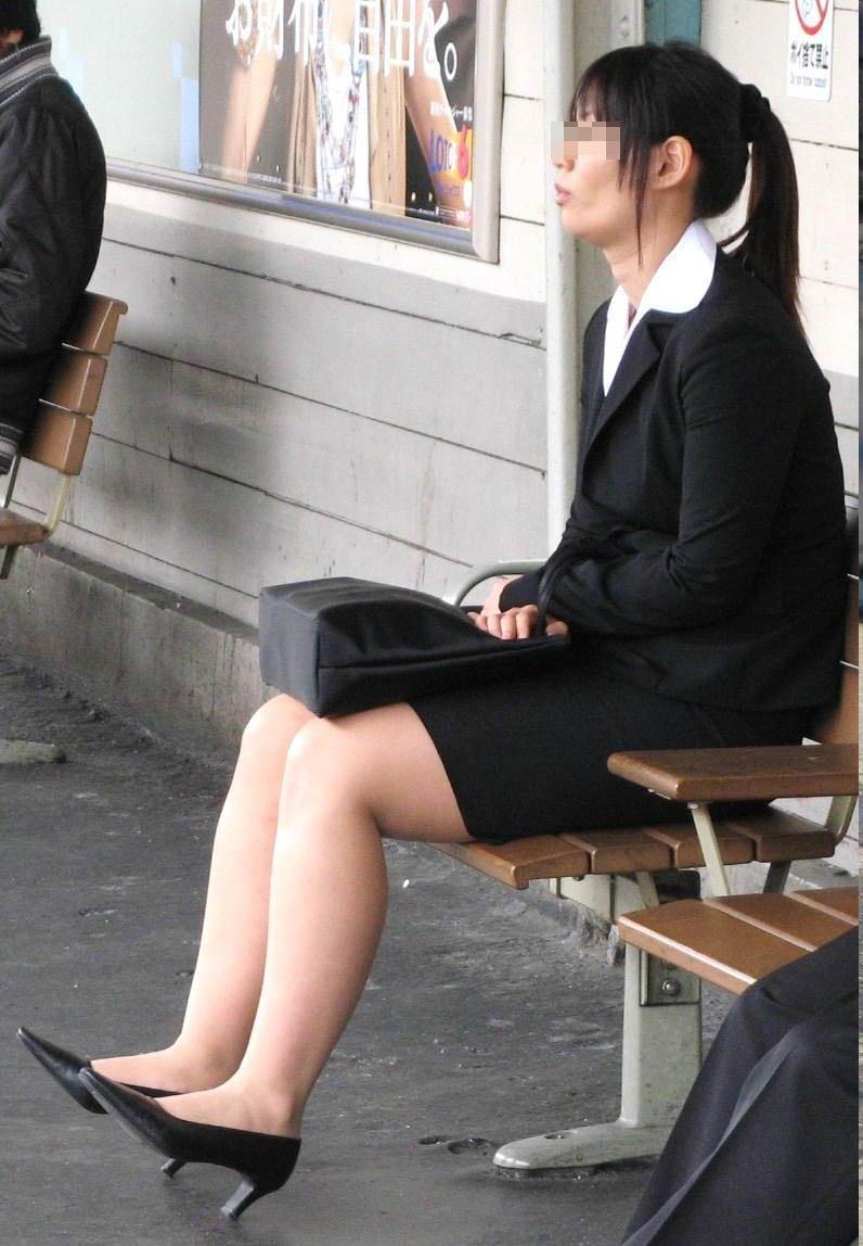 【街撮りリクスーエロ画像】膝下とタイトだけでも十分満たされるwww就活中のリクスー女子たち 05