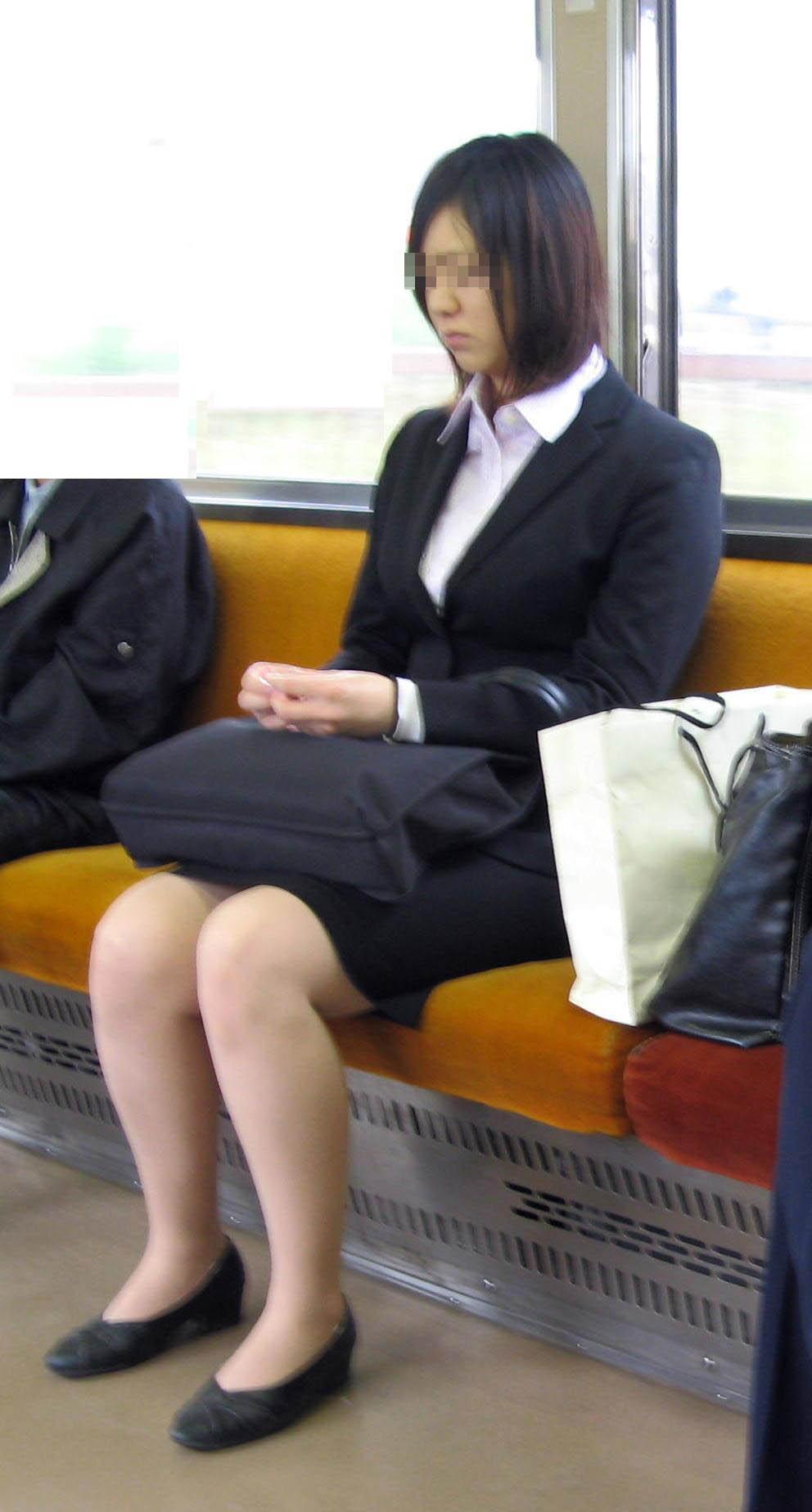 【街撮りリクスーエロ画像】膝下とタイトだけでも十分満たされるwww就活中のリクスー女子たち 15