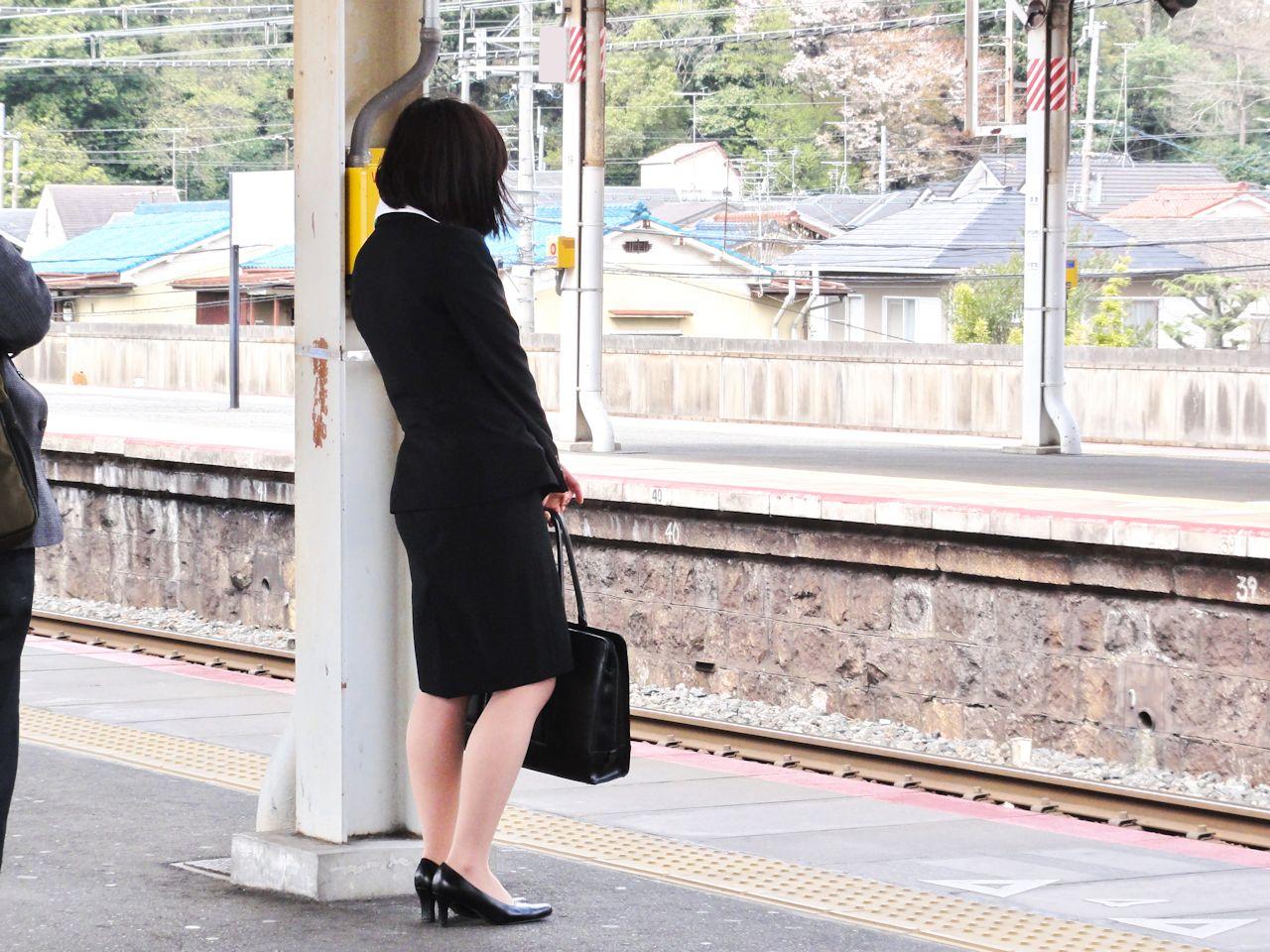 【街撮りリクスーエロ画像】膝下とタイトだけでも十分満たされるwww就活中のリクスー女子たち 18