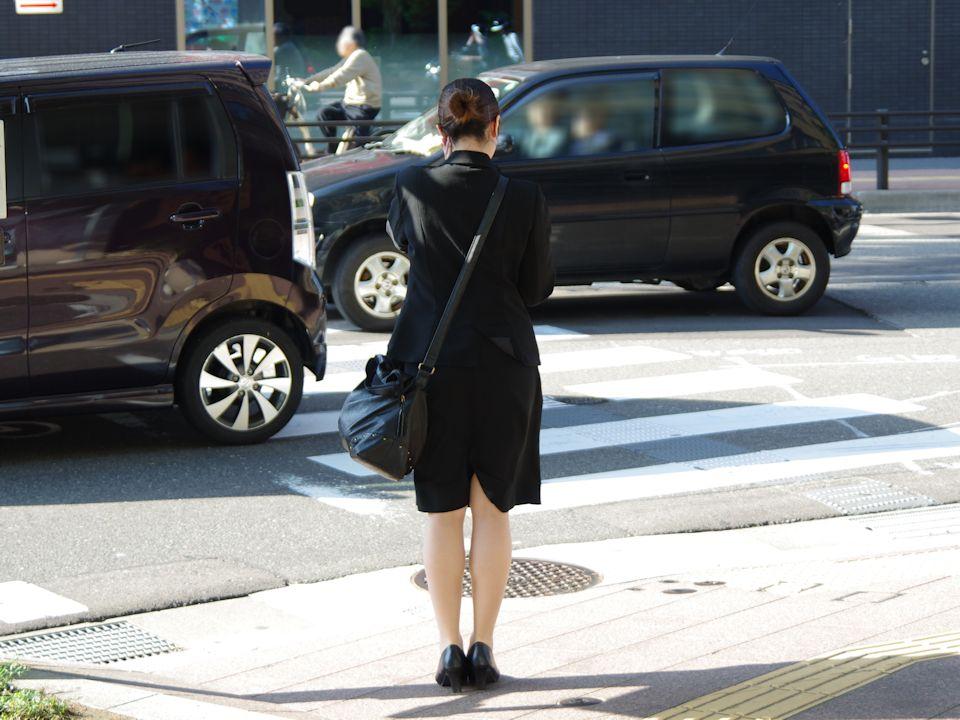 【街撮りリクスーエロ画像】膝下とタイトだけでも十分満たされるwww就活中のリクスー女子たち 19