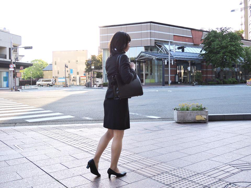 【街撮りリクスーエロ画像】膝下とタイトだけでも十分満たされるwww就活中のリクスー女子たち 20