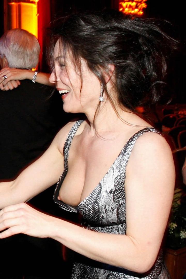 【海外エロ画像】ワールドクラスのおっぱいなのに、乳首は安売りしちゃう外人女性の乳首チラwww 10