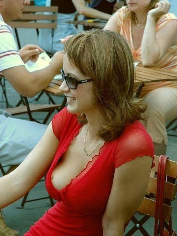 【海外エロ画像】ワールドクラスのおっぱいなのに、乳首は安売りしちゃう外人女性の乳首チラwww 12