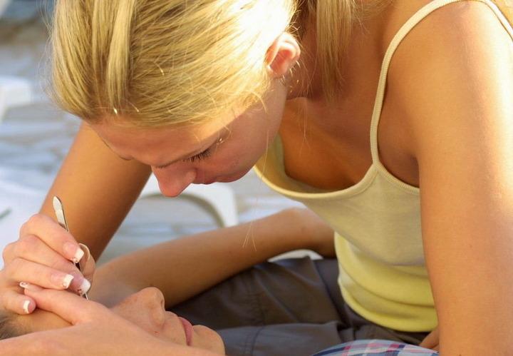 【海外エロ画像】ワールドクラスのおっぱいなのに、乳首は安売りしちゃう外人女性の乳首チラwww 20