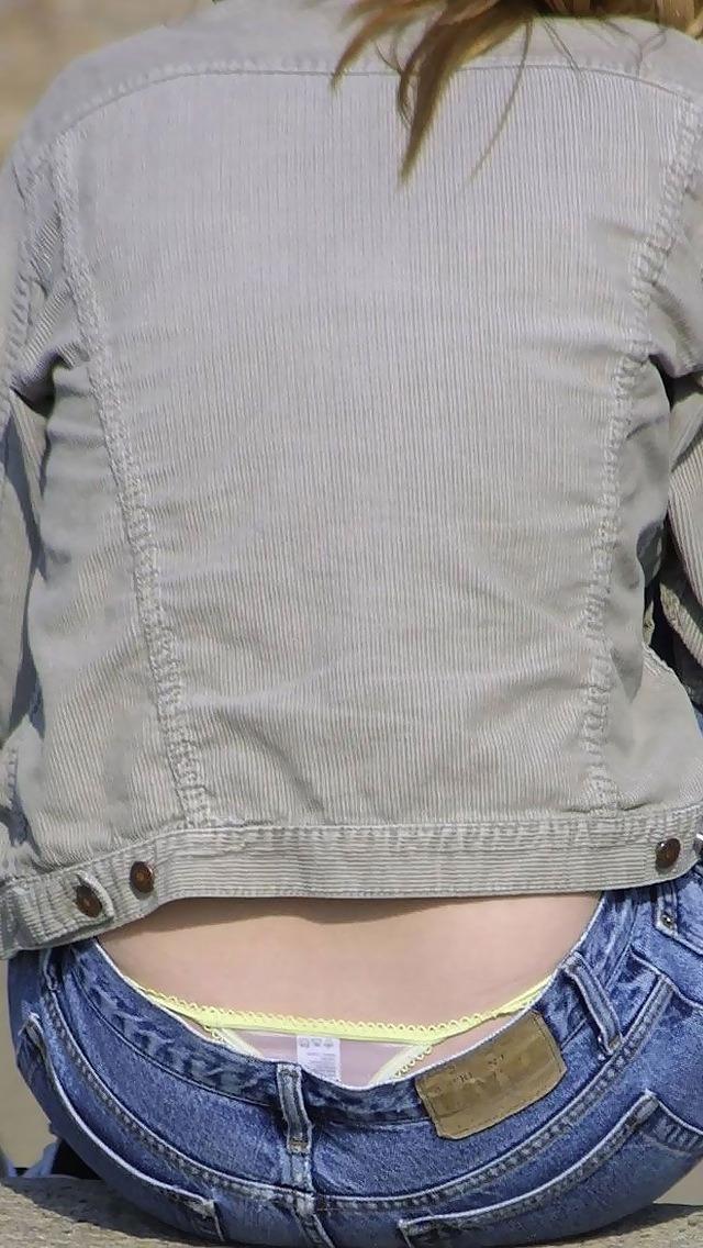 【腰パンチラエロ画像】履いてる下着がバレても平気なローライズ女子の極めて卑猥な丸出しTバック 02