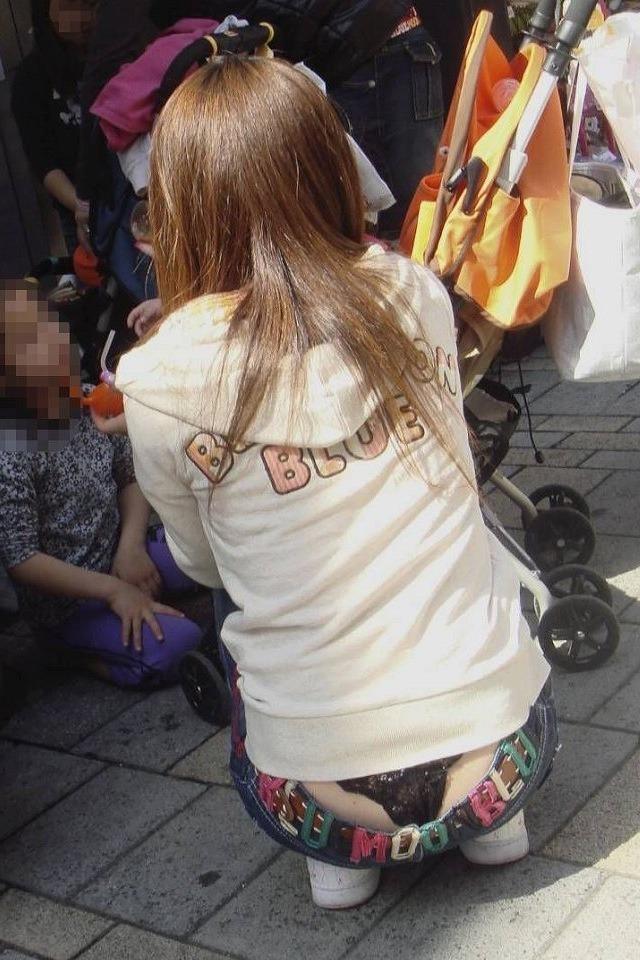 【腰パンチラエロ画像】履いてる下着がバレても平気なローライズ女子の極めて卑猥な丸出しTバック 04