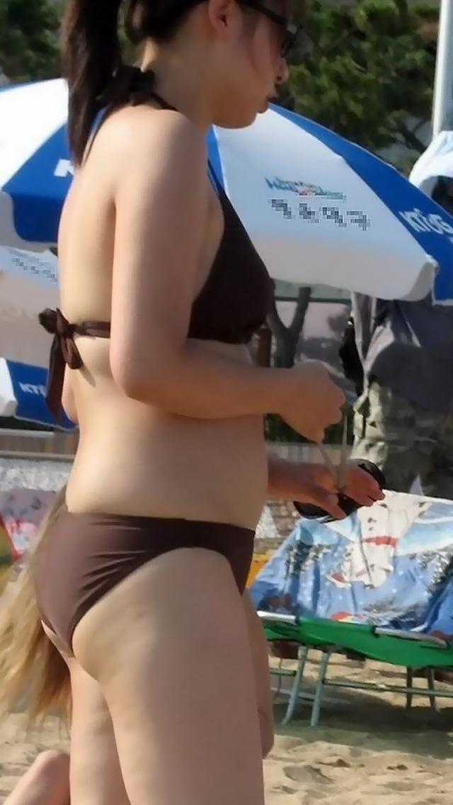 【素人水着エロ画像】海に行ったらビキニギャルだらけで暴れそうな股間隠すので精一杯www  04