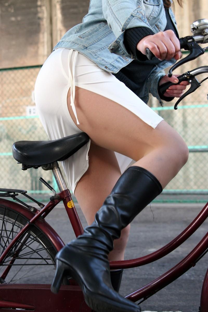 【自転車のエロ画像】サドルになりたくはないけど敷かれたい気持ちは理解したwww自転車に乗ったエロ尻  03