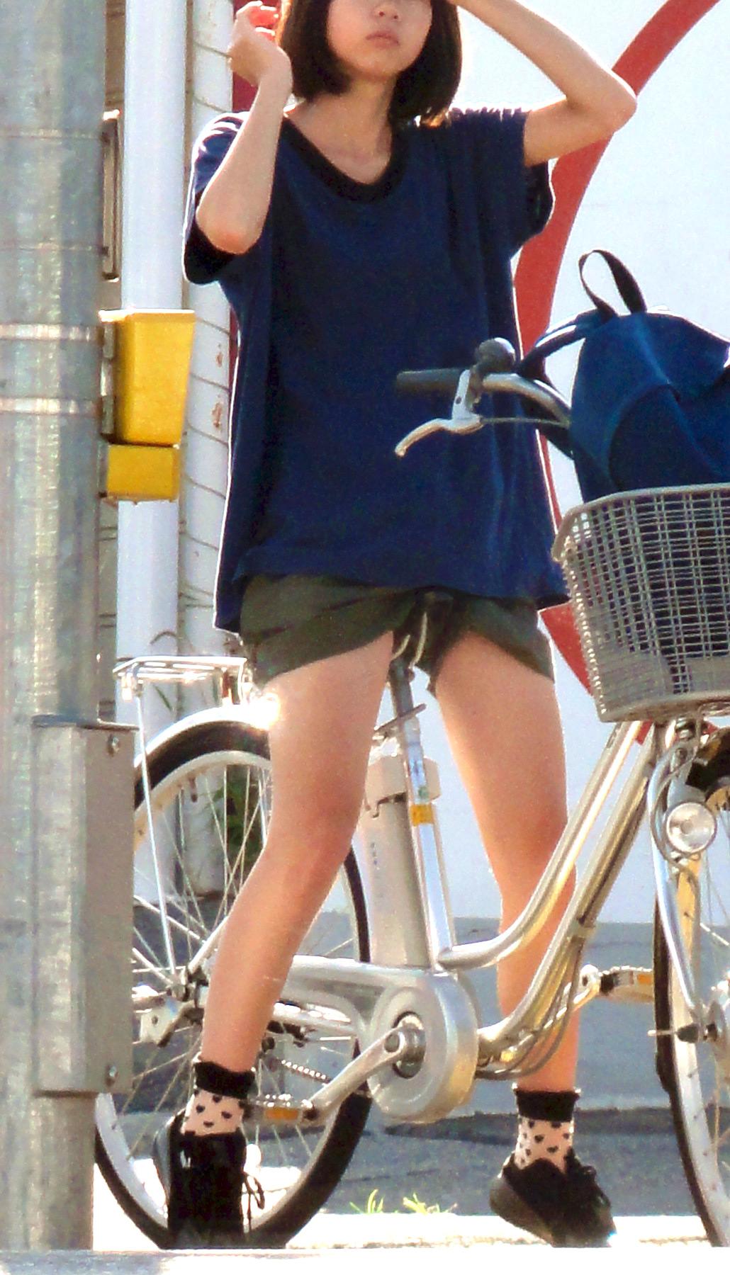 【自転車のエロ画像】サドルになりたくはないけど敷かれたい気持ちは理解したwww自転車に乗ったエロ尻  05