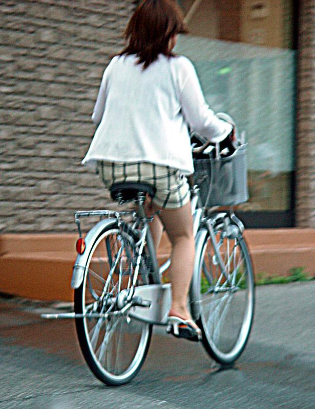 【自転車のエロ画像】サドルになりたくはないけど敷かれたい気持ちは理解したwww自転車に乗ったエロ尻  08