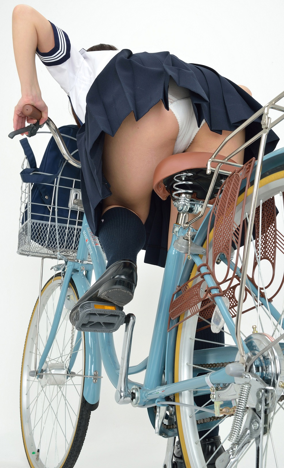 【自転車のエロ画像】サドルになりたくはないけど敷かれたい気持ちは理解したwww自転車に乗ったエロ尻  09