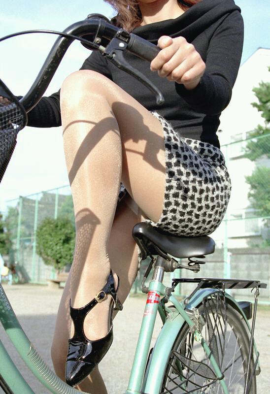 【自転車のエロ画像】サドルになりたくはないけど敷かれたい気持ちは理解したwww自転車に乗ったエロ尻  10