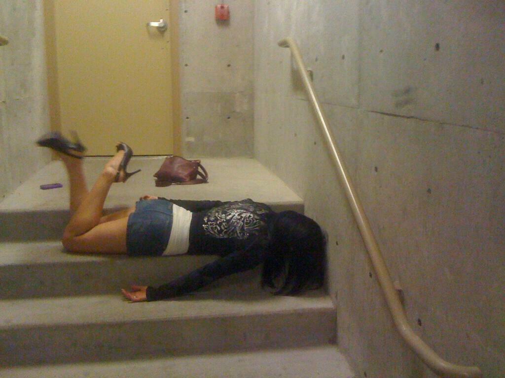 【泥酔女のエロ画像】飲み過ぎ注意!泥酔した素人女子の隙に乗じてイタズラwww  01
