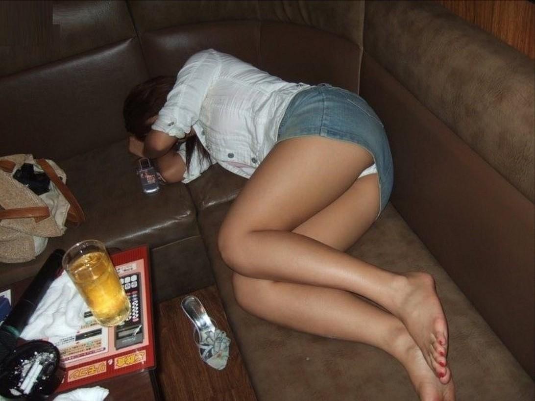 【泥酔女のエロ画像】飲み過ぎ注意!泥酔した素人女子の隙に乗じてイタズラwww  09