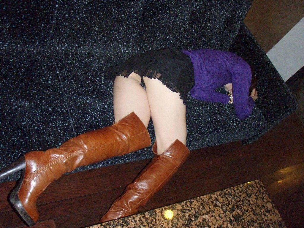 【泥酔女のエロ画像】飲み過ぎ注意!泥酔した素人女子の隙に乗じてイタズラwww  10