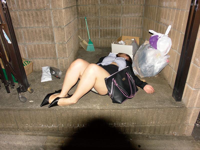 【泥酔女のエロ画像】飲み過ぎ注意!泥酔した素人女子の隙に乗じてイタズラwww  17