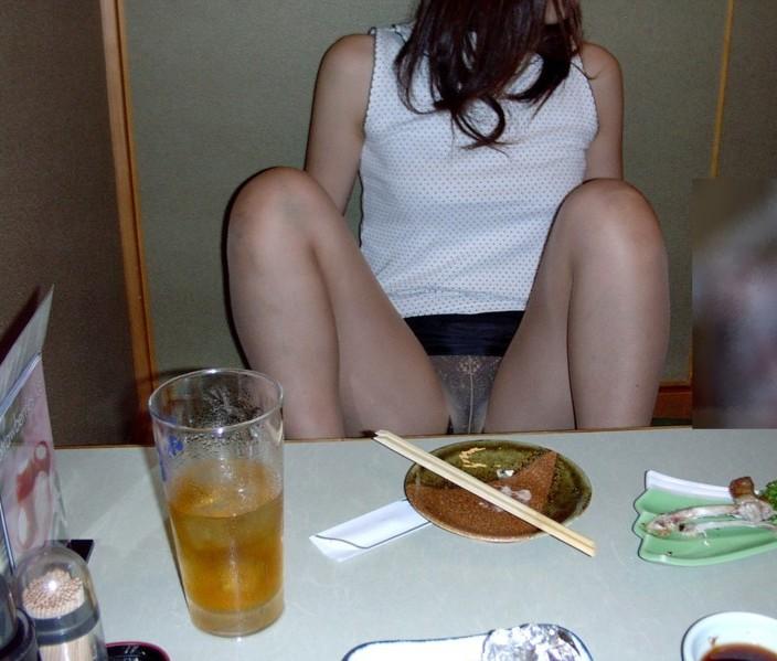 【泥酔女のエロ画像】飲み過ぎ注意!泥酔した素人女子の隙に乗じてイタズラwww  19