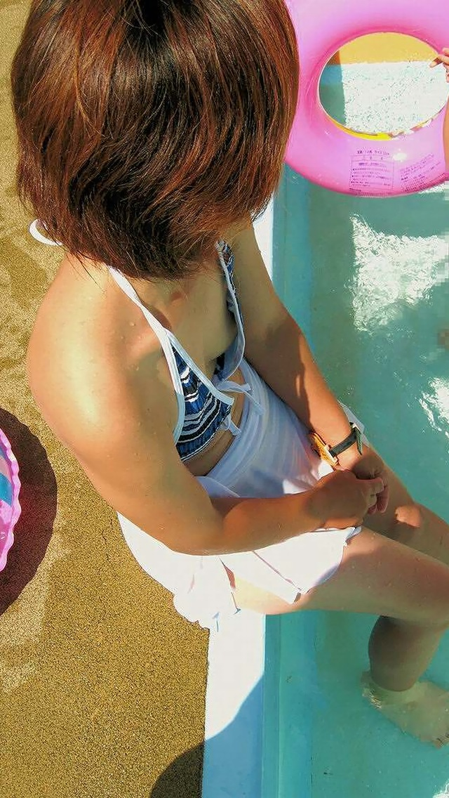 【ママチラエロ画像】暑くなってきたこの時期、ママさん達の胸元がアツくなってきたようですwww  07