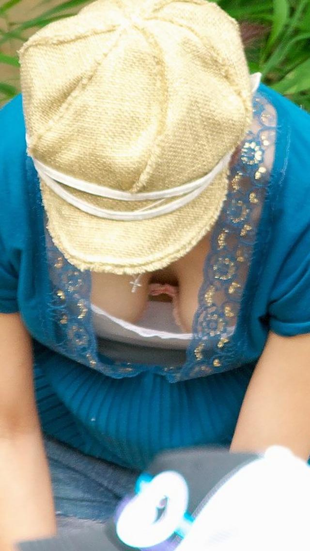【ママチラエロ画像】暑くなってきたこの時期、ママさん達の胸元がアツくなってきたようですwww  13