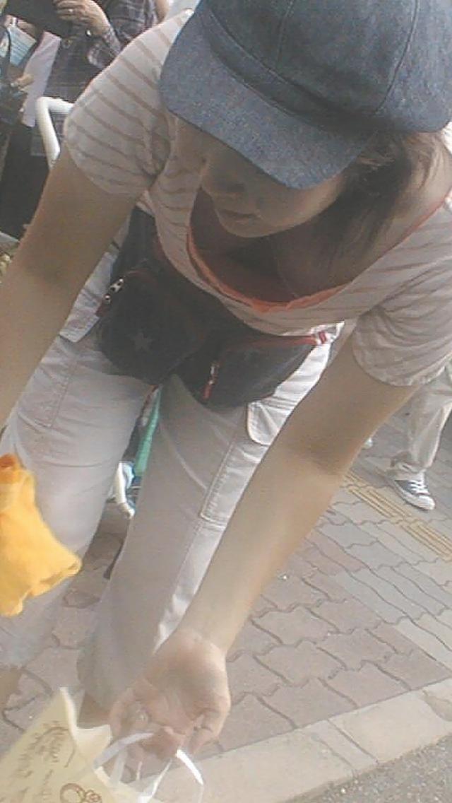 【ママチラエロ画像】暑くなってきたこの時期、ママさん達の胸元がアツくなってきたようですwww  17