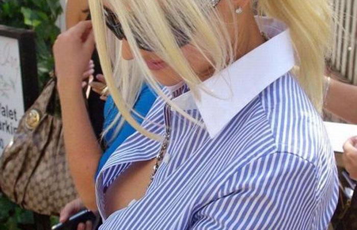 【海外胸チラエロ画像】前が浮くだけで乳首丸見えwwwノーブラ主義な外国人女性の露骨な胸チラ  001