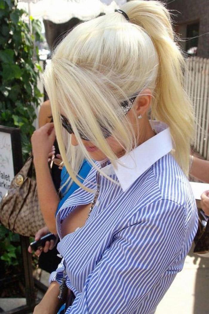 【海外胸チラエロ画像】前が浮くだけで乳首丸見えwwwノーブラ主義な外国人女性の露骨な胸チラ  18