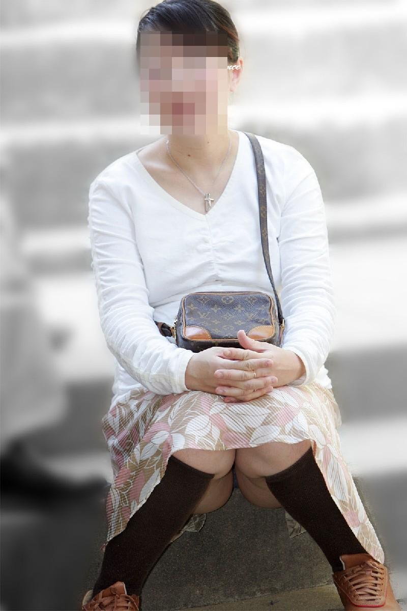 【パンチラエロ画像】いとも簡単にしゃがみパンチラする人は隠すのが面倒くさいらしい件www  02