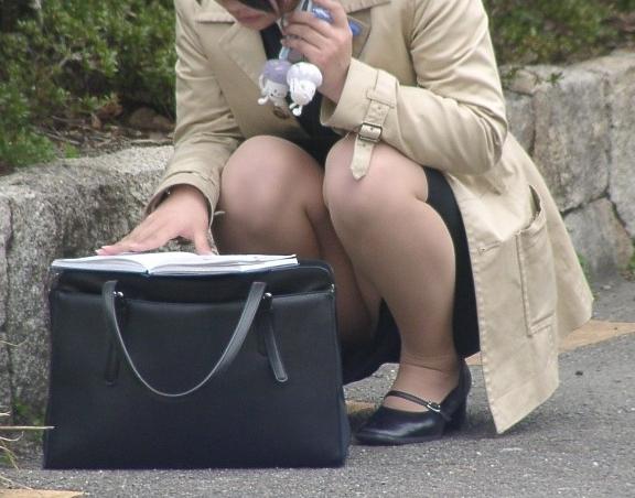 【パンチラエロ画像】いとも簡単にしゃがみパンチラする人は隠すのが面倒くさいらしい件www  03