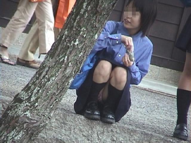 【パンチラエロ画像】いとも簡単にしゃがみパンチラする人は隠すのが面倒くさいらしい件www  06