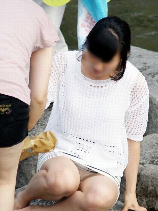 【パンチラエロ画像】いとも簡単にしゃがみパンチラする人は隠すのが面倒くさいらしい件www  14