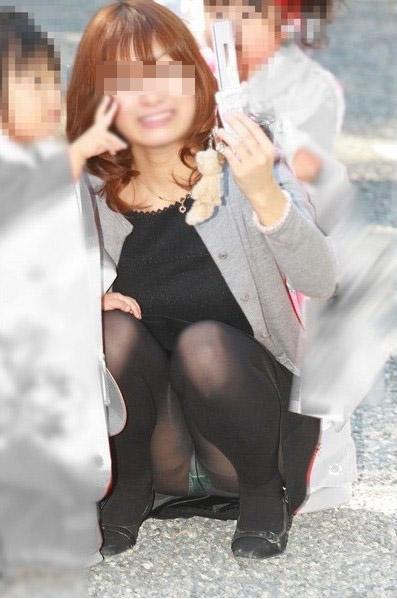 【パンチラエロ画像】いとも簡単にしゃがみパンチラする人は隠すのが面倒くさいらしい件www  15