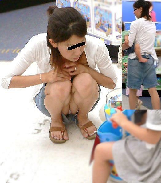 【パンチラエロ画像】いとも簡単にしゃがみパンチラする人は隠すのが面倒くさいらしい件www  16