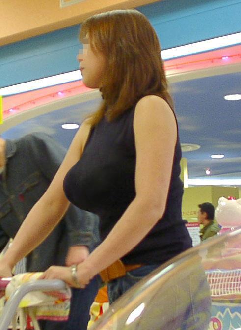 【着衣巨乳エロ画像】デカすぎて隠せない着衣巨乳www街で見かけたインパクト大な素人女子の乳袋  02