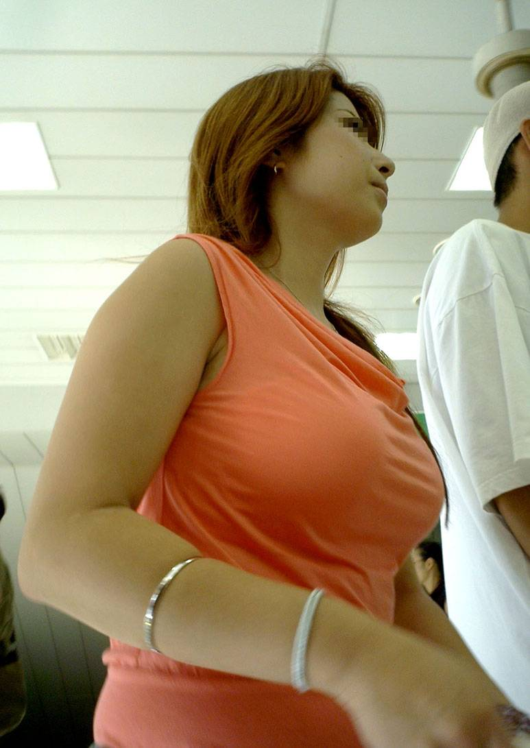 【着衣巨乳エロ画像】デカすぎて隠せない着衣巨乳www街で見かけたインパクト大な素人女子の乳袋  03