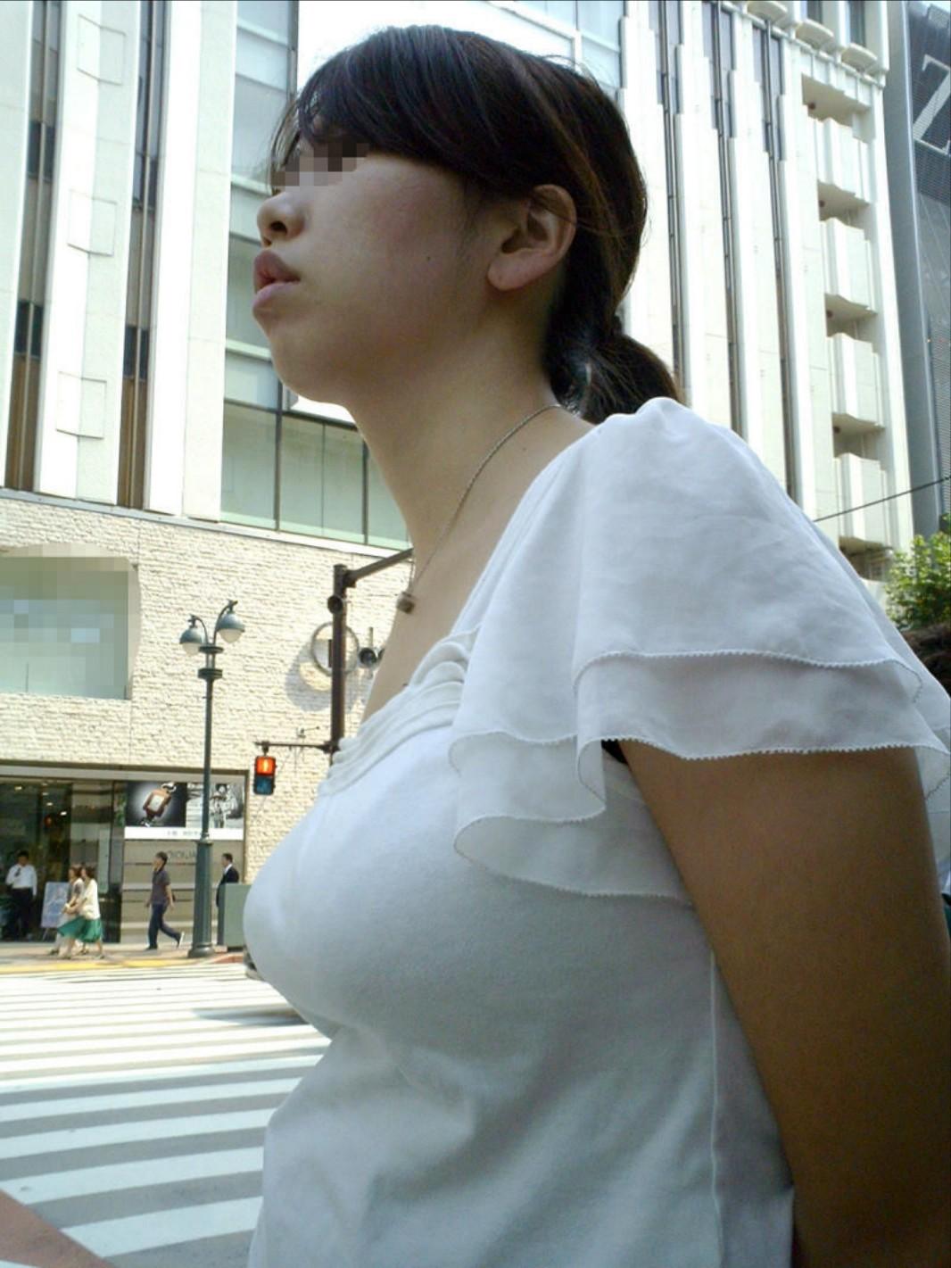 【着衣巨乳エロ画像】デカすぎて隠せない着衣巨乳www街で見かけたインパクト大な素人女子の乳袋  07