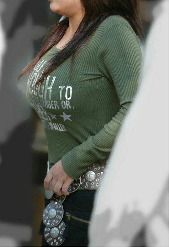 【着衣巨乳エロ画像】デカすぎて隠せない着衣巨乳www街で見かけたインパクト大な素人女子の乳袋  18